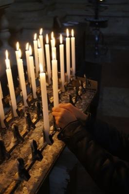 Fonzie accende una candela per i nostri amici e le nostre famiglie