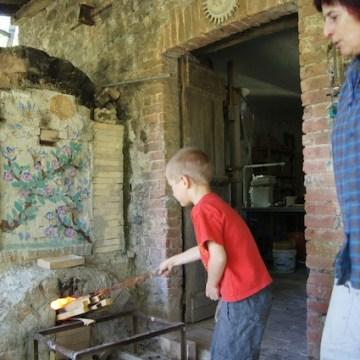 Fonzie aiuta a dare fuoco al forno