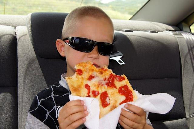 Yves piace mangiare la pizza
