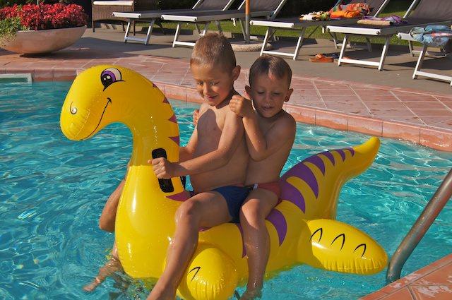 I due ragazzi giocano in piscina