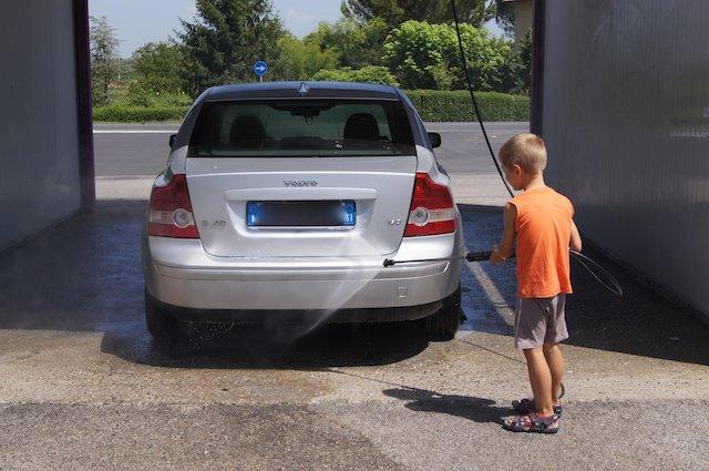 Yves ci lava la macchina