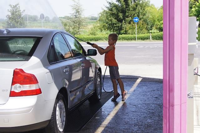 Yves lava la macchina da tutti i suoi lati!