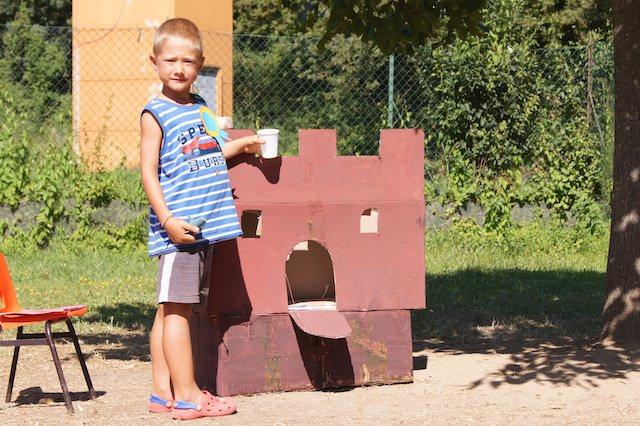 Yves con il castello che hanno costruito nel centro estivo