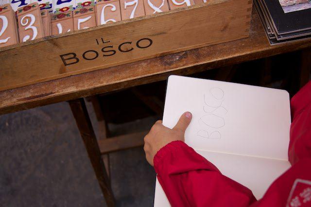 Yves scrive le parole che vede a Cortona nel suo Moleskine