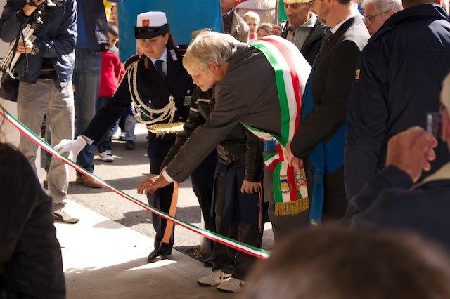 Il sindaco di San Casciano taglia il nastro con un bambino