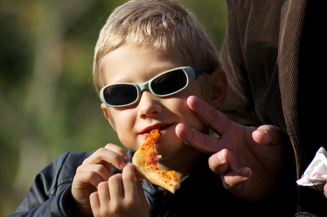 Fonzie mangia un pezzo di pizza