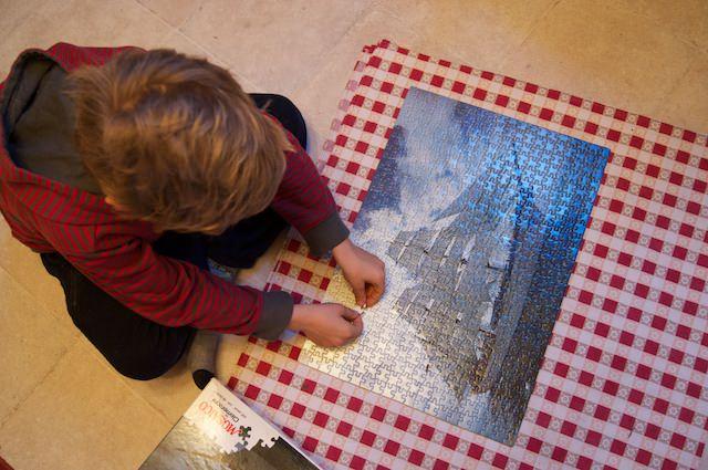 Yves mette l'ultimo pezzo del puzzle di 500 pezzi