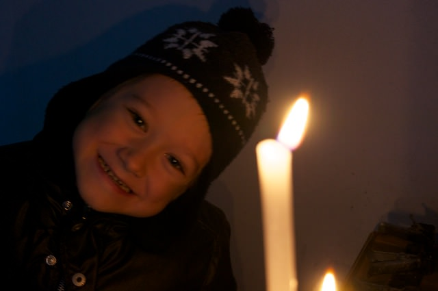 Yves ha acceso una candela in chiesa