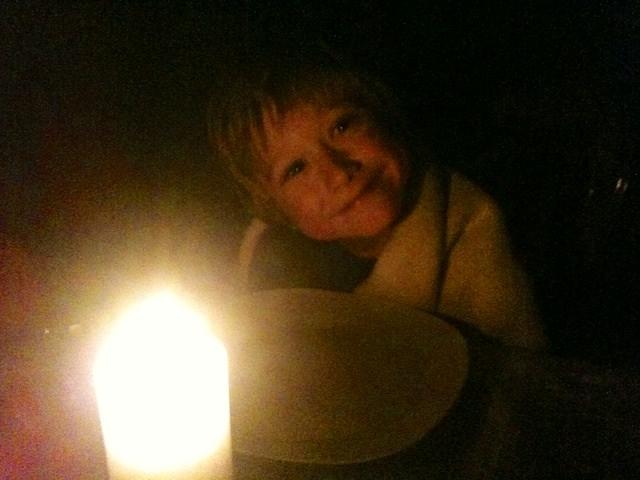 Yves piace fare la cena a lume di candela