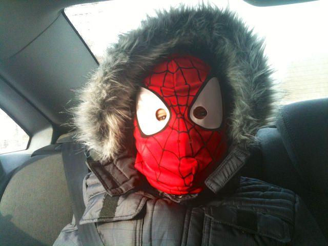 Fonzie spaventa mamma e babbo con il suo costume spiderman