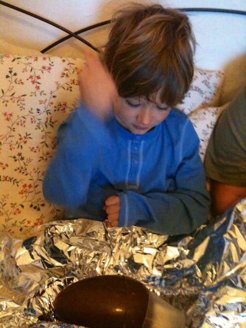 Yves spacca l'uovo di pasqua