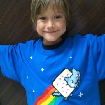 Yves con la maglietta di Nyan Cat