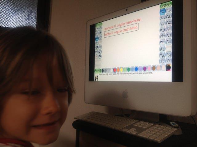 Yves scrive un messaggio sul iMac
