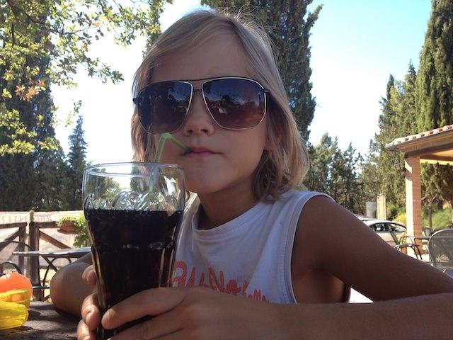 Fonzie si rinfresca con una Coca Cola