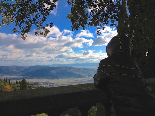 Fonzie gode il panorama a Cortona