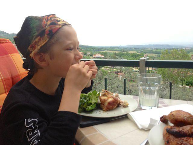 Il pirata sta mangiando il pollo