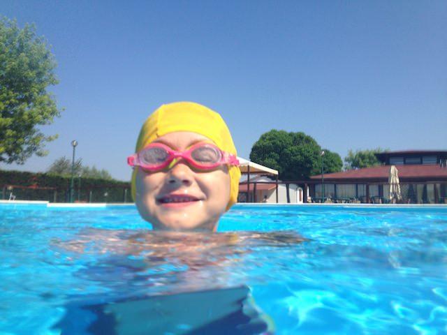 Fonzie fa le burle alla piscina