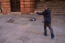 Yves caccia i piccioni a Perugia