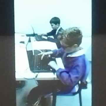Yves sta lavorando col computer portabile