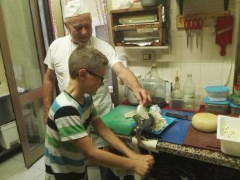 Yves sta preparando la Mozzarella per le pizze