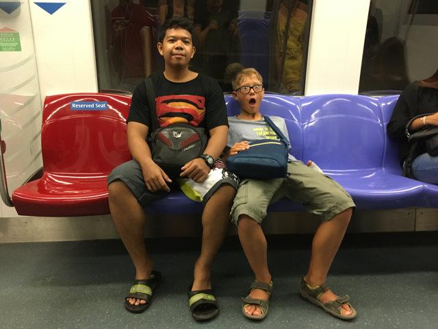 Yves fa il pagliaccio nella Metro
