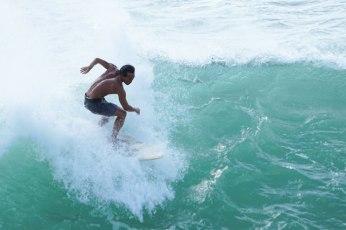 Mandika sta surfando sull'onda grossa