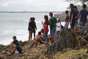 Tutti i spettatori tifano i surfisti