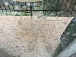 Ci sono palline di ghiaccio sul balcone