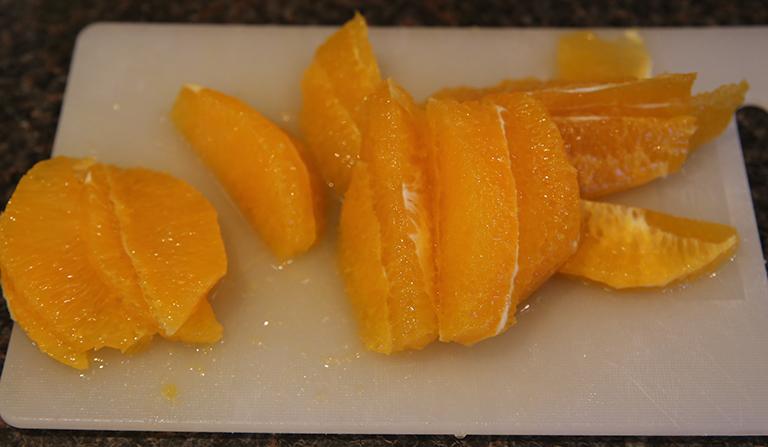 Appelsin i biter - på fjøl.
