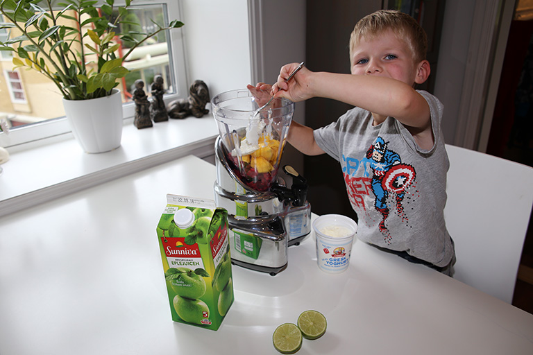Leander med blender og ingredienser.