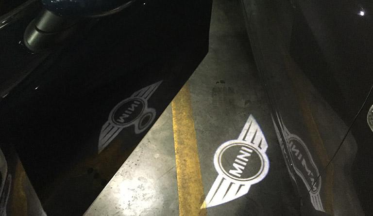Mini-logo lyser opp fra førerdøren.