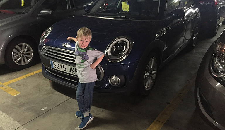 Leander og bilen Mini Clubman.