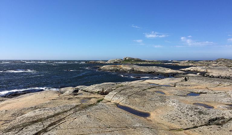 Svaberg og sjø.