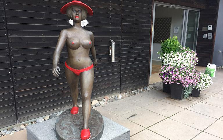 Statue - inngangspartiet til resepsjonen ved Holmsbu Hotell & Spa.