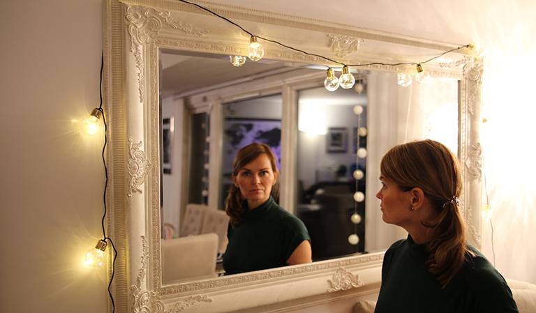 Yvonne foran speil
