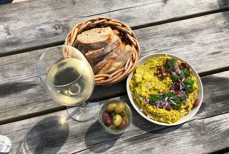 Brød, hummus og oliven. Og hvitvin.