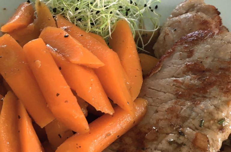 Kalfslapjes met gestoofde worteltjes  en een sausje op basis van balsamico azijn