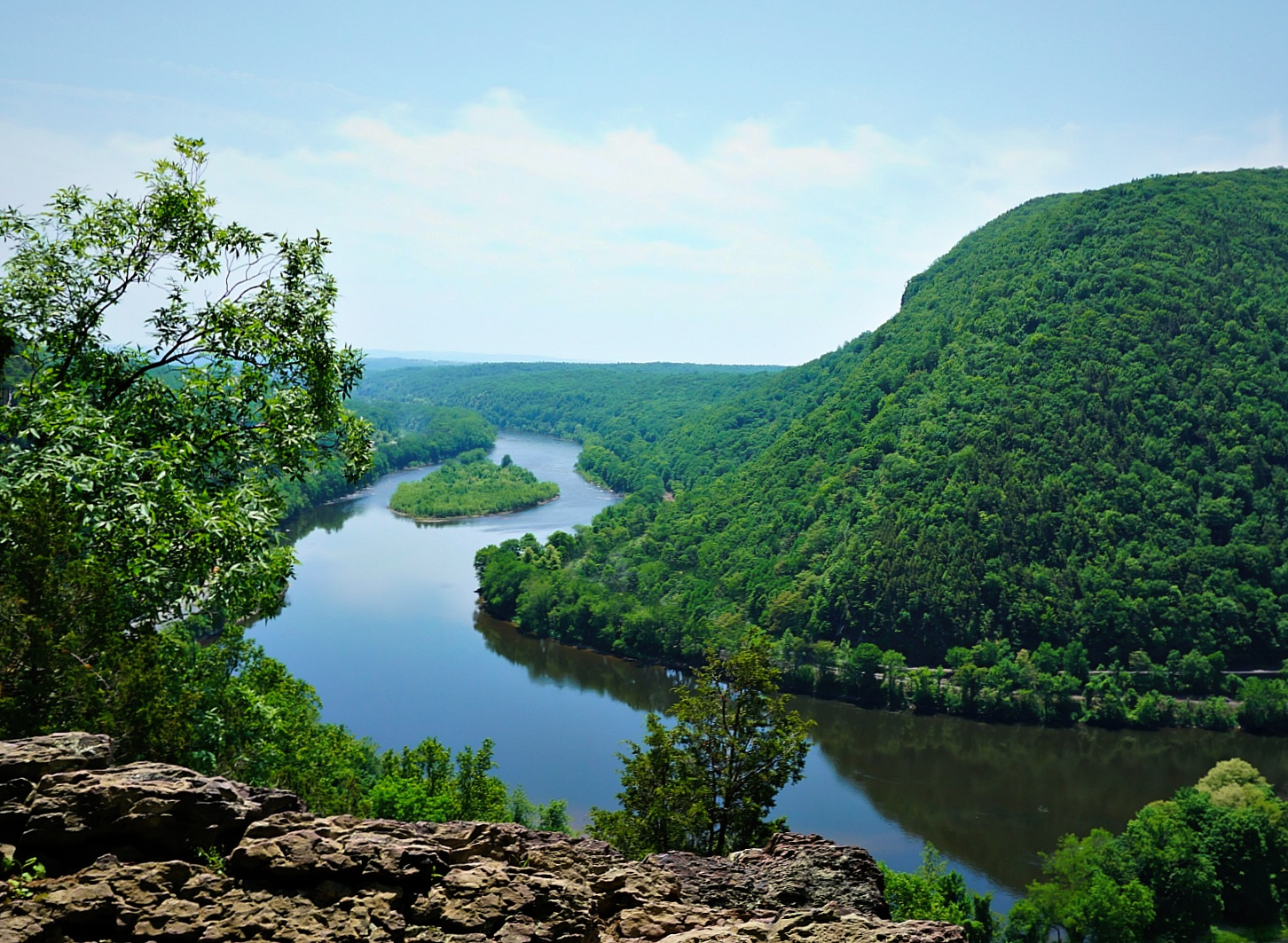 Mount Tammany overlook towards Delaware River.