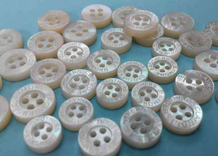 Logo-engraved mother of pearl shirt buttons of 3mm thickness