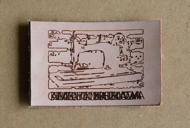 革にレーザー彫刻と裁断を行った例。