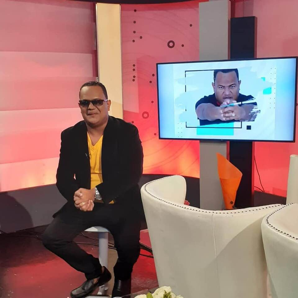 "Comunicador Sandy Sandy regresa ""Sin Anestesia"" al programa Bebeto TV después del incidente en el Pica Pollo."