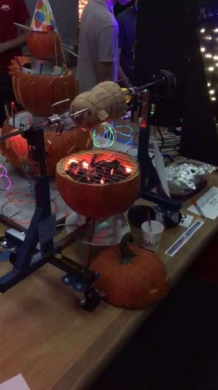 Инженеры-роботостроители из НАСА вырезают праздничные тыквы