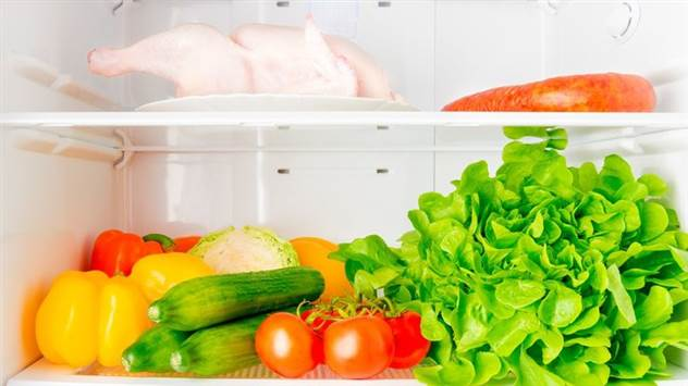 Почему нельзя хранить курицу на верхней полке холодильника? ( 3 фото )