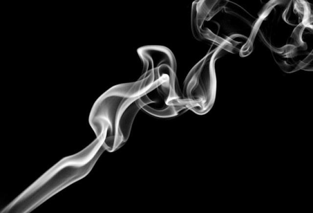 scapa-de-mirosul-fumului-de-tigara-din-masina