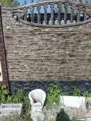 Окрашеный еврозабор карпатский камень с аркой