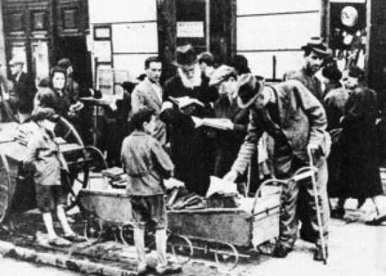 Uliczna sprzedaż książek w getcie warszawskim. księgozbiory