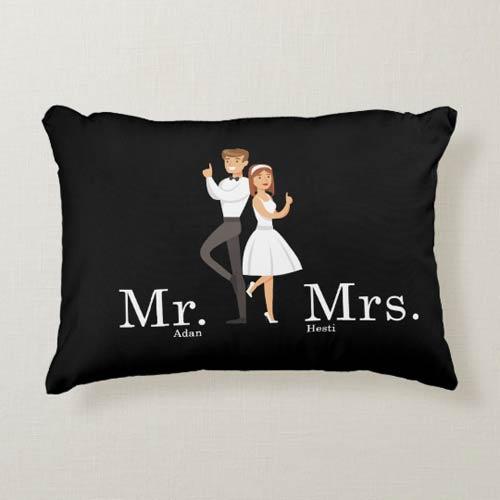 kado pernikahan unik dan bermanfaat bantal long mr mrs smith