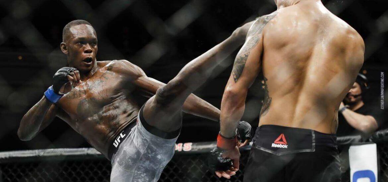 Israel Adesanya w walce w UFC