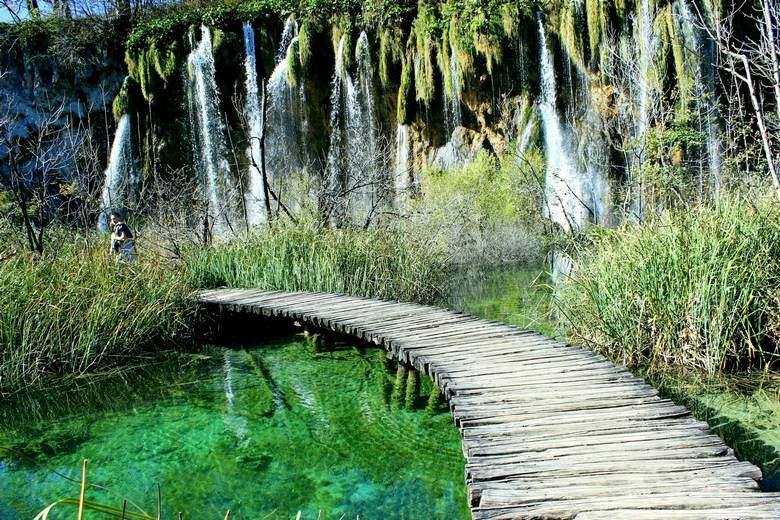 Camino de madera sobre los lagos en Plitvice parque nacional