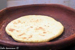 تحضير الخبز على طاجن الخبز